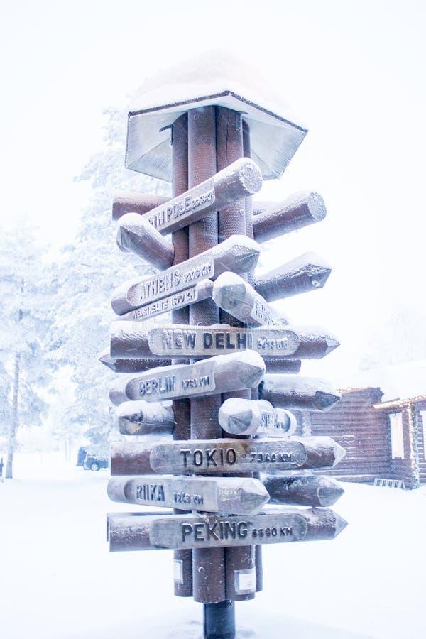 Verkeersteken richten aan sommige steden in sneeuw royalty-vrije stock afbeelding