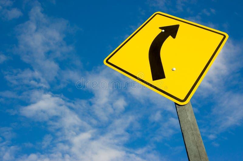 Verkeersteken tegen een blauwe hemel royalty-vrije stock afbeelding