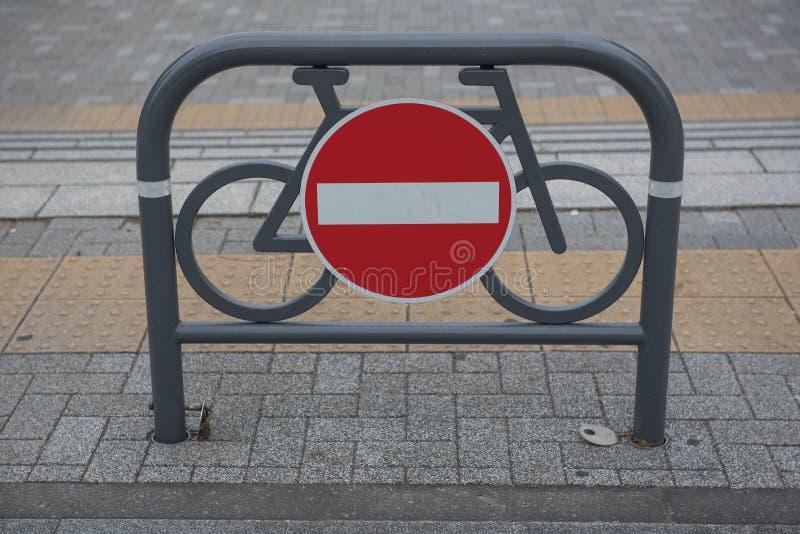 Verkeersteken tegen Rood en wit geen ingang voor fietsen stock afbeelding