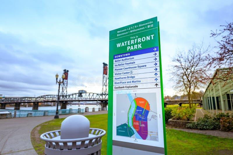 Verkeersteken van het park van de Waterkant in Portland van de binnenstad royalty-vrije stock fotografie