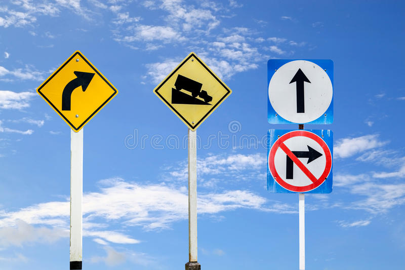 verkeersteken, verkeersteken op blauwe hemelachtergrond worden geplaatst, met clipp die royalty-vrije illustratie