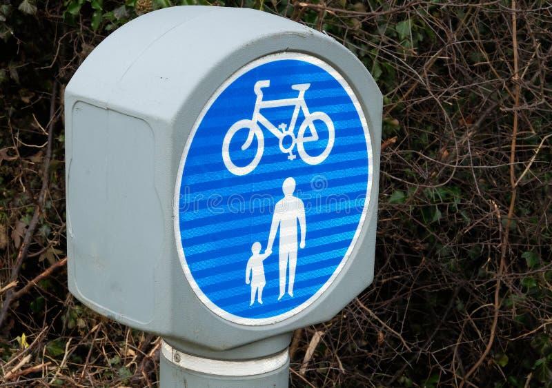 Verkeersteken voor veilig het lopen en het cirkelen spoor stock afbeeldingen