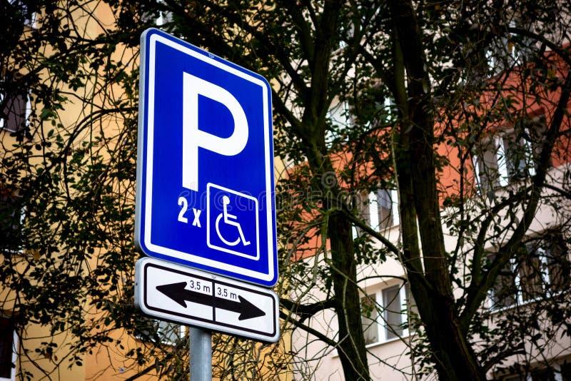 Verkeersteken worden gebruikt om brede parkerenvlekken voor gehandicapten te reserveren die royalty-vrije stock afbeeldingen