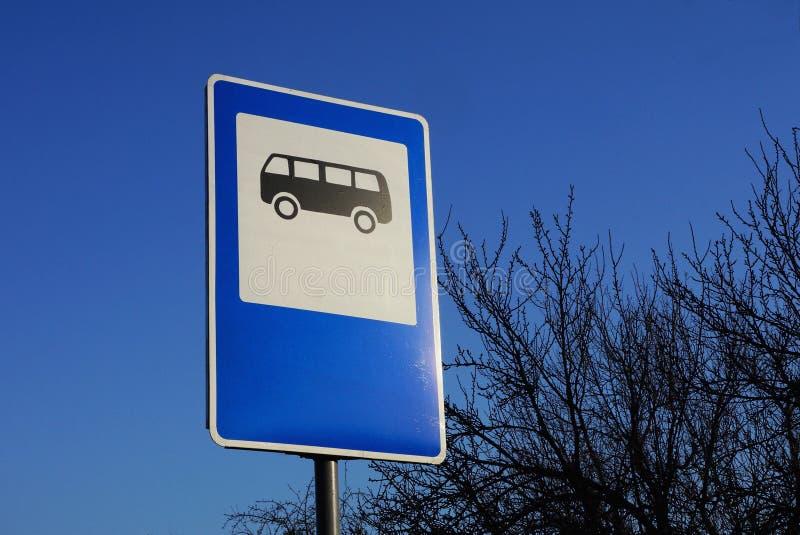 Verkeerstekenbushalte op een achtergrond van blauwe hemel stock afbeeldingen