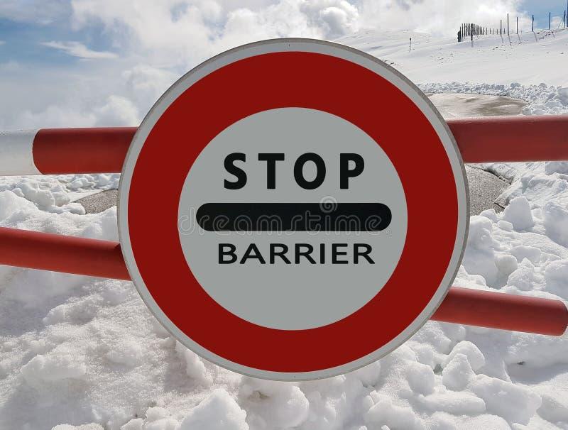 Verkeerstekeneinde Waarschuwing van gevaar in de bergen Lawineterugtocht Gevaar op de snow-capped bergbovenkanten onder de wolken stock afbeelding