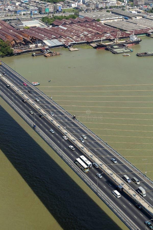 Verkehr auf Brücke Rama IX stockbild