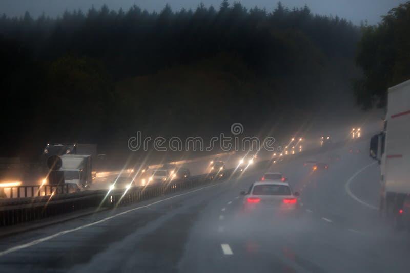 Verkehr auf dem regnerischen Autobahn stockfotos