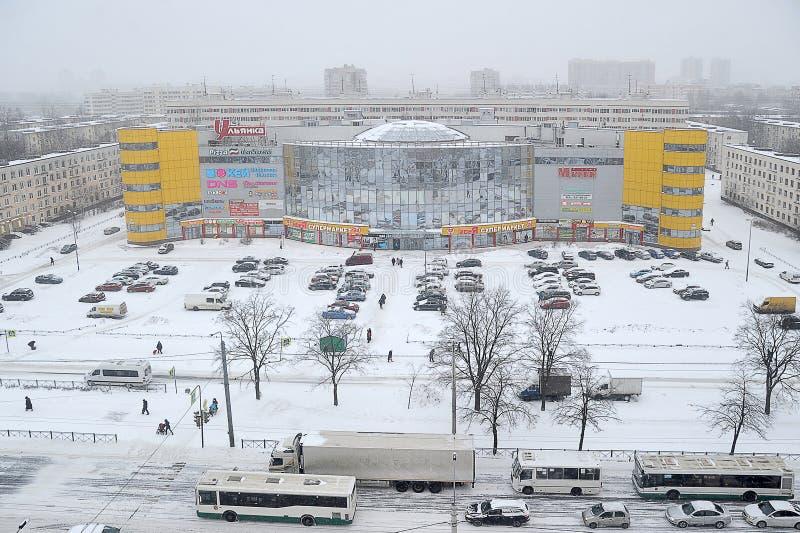 Verkehr auf den schneebedeckten Straßen von St Petersburg stockbild