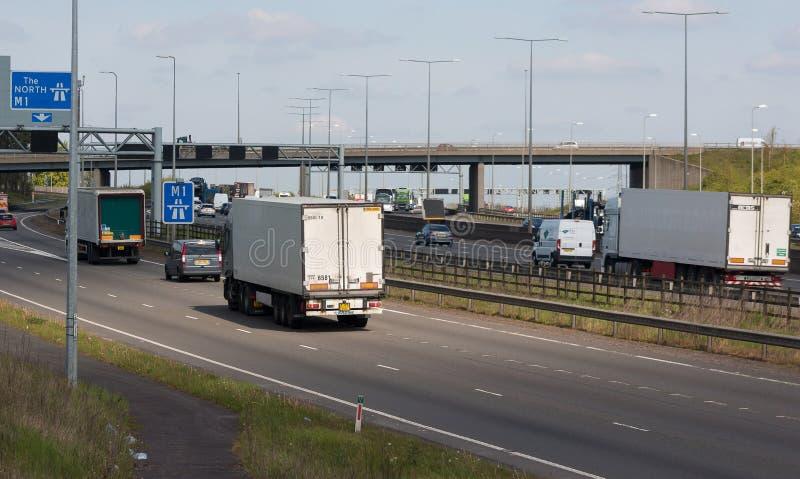 Verkehr auf der britischen Autobahn M1 lizenzfreies stockfoto