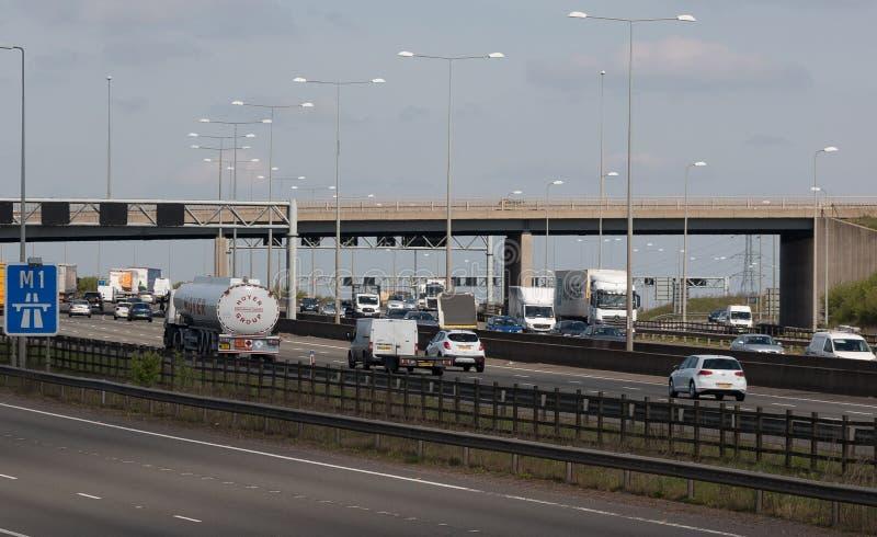 Verkehr auf der britischen Autobahn M1 stockbild