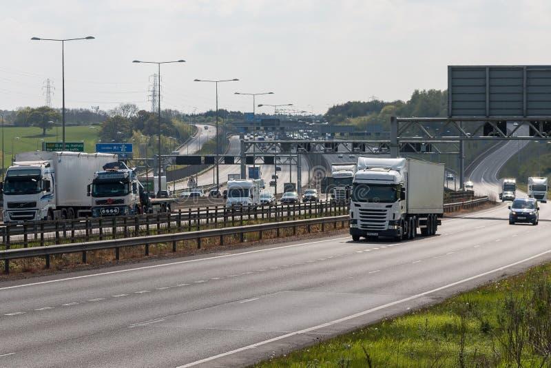 Verkehr auf der britischen Autobahn M1 lizenzfreies stockbild