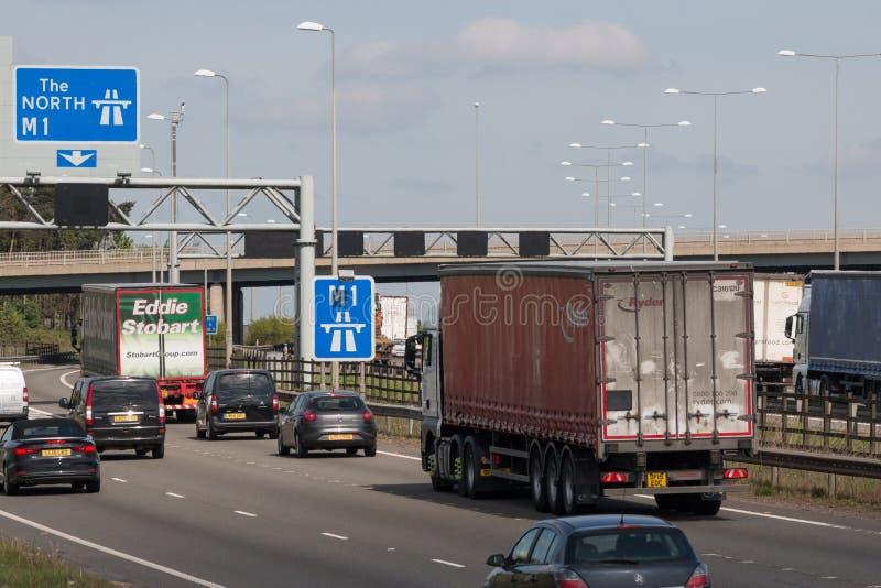 Verkehr auf der britischen Autobahn M1 stockfotografie