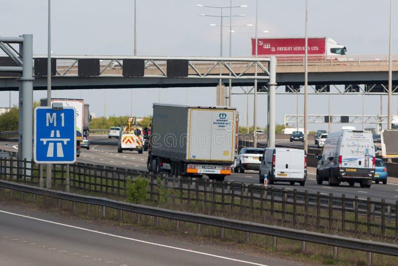Verkehr auf der britischen Autobahn M1 lizenzfreie stockfotografie