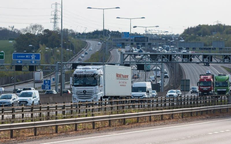 Verkehr auf der britischen Autobahn M1 lizenzfreie stockbilder
