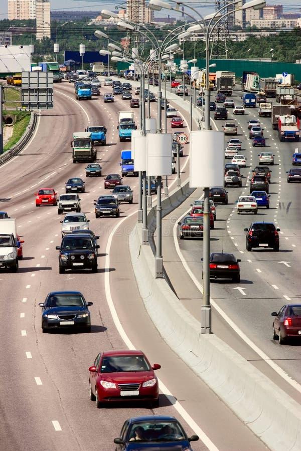 Verkehr auf der Datenbahn der großen Stadt stockfotografie