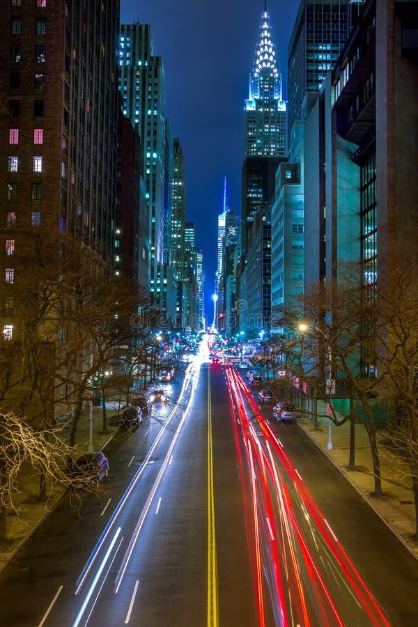 Verkehr auf der Nacht-42. Straße von Manhattan lizenzfreie stockbilder