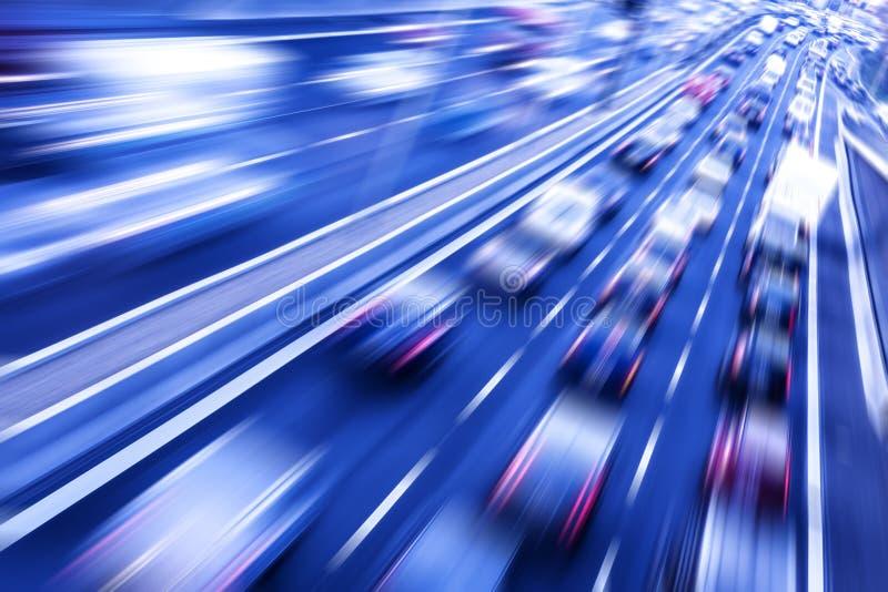 Verkehr auf einer Autobahn lizenzfreie stockbilder