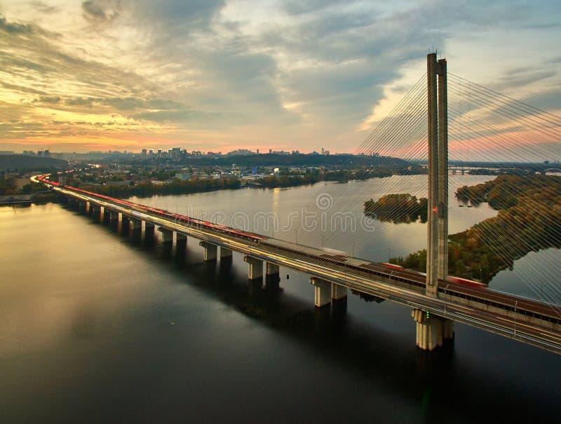 Verkehr auf einer Brücke Moderne Metropole mit Kreuzung der Trails auf einer Brücke Straßenverkehrsstaus lizenzfreie stockfotos