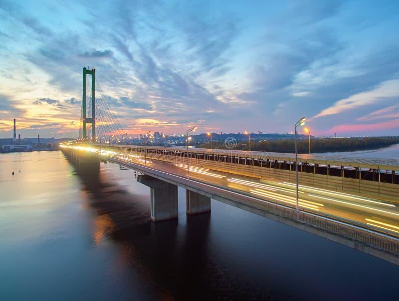 Verkehr auf einer Brücke Moderne Metropole mit Kreuzung der Trails auf einer Brücke Straßenverkehrsstaus lizenzfreie stockbilder