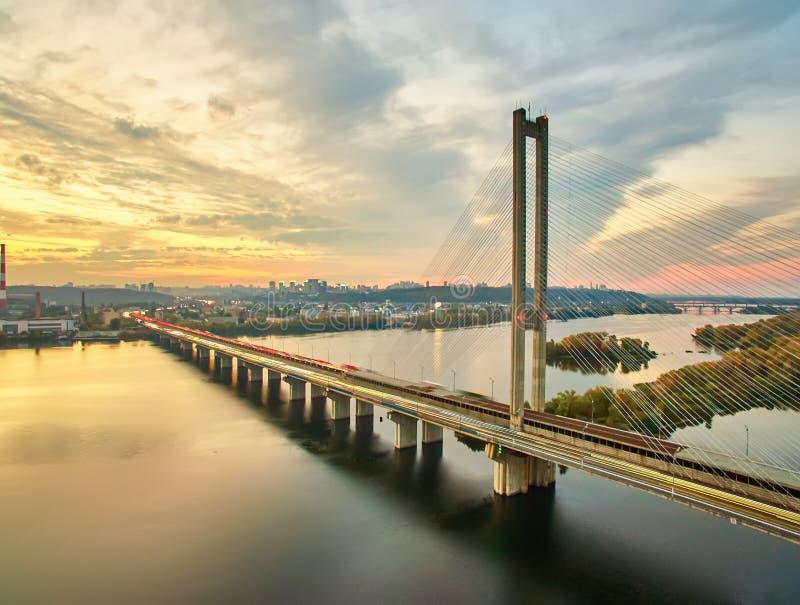 Verkehr auf einer Brücke Moderne Metropole mit Kreuzung der Trails auf einer Brücke Straßenverkehrsstaus lizenzfreies stockbild