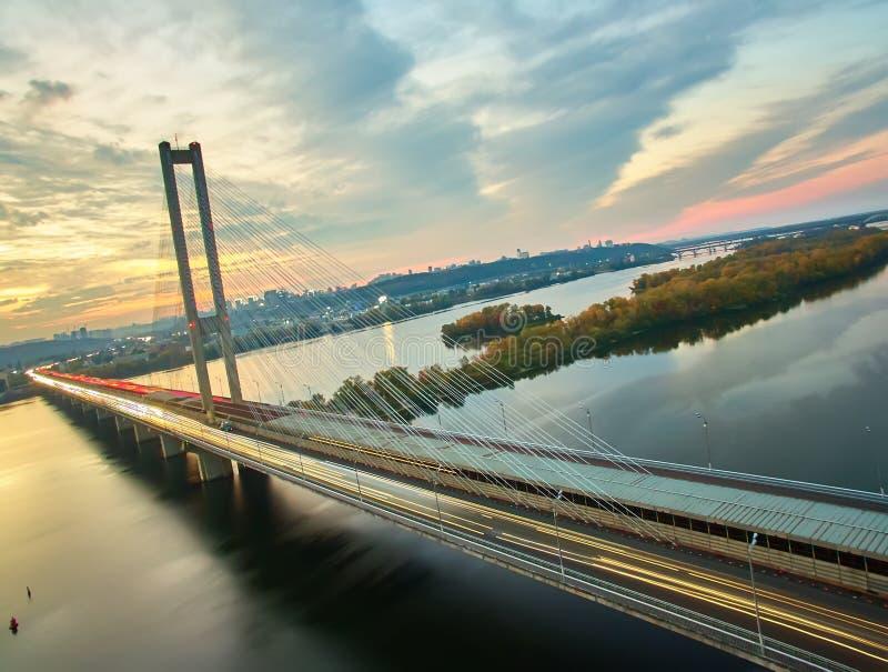 Verkehr auf einer Brücke Moderne Metropole mit Kreuzung der Trails auf einer Brücke Straßenverkehrsstaus stockfoto