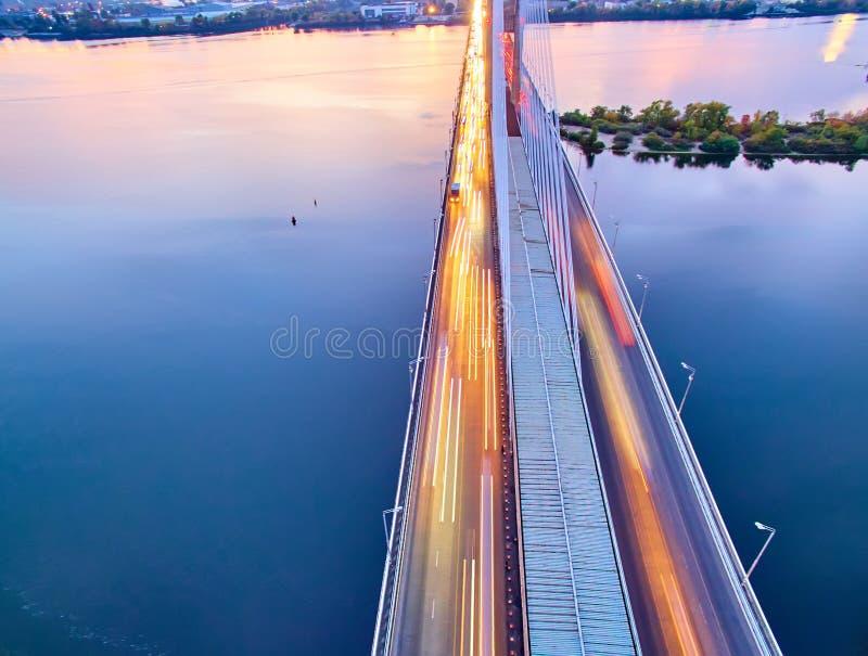 Verkehr auf einer Brücke Moderne Metropole mit Kreuzung der Trails auf einer Brücke Straßenverkehrsstaus stockbilder