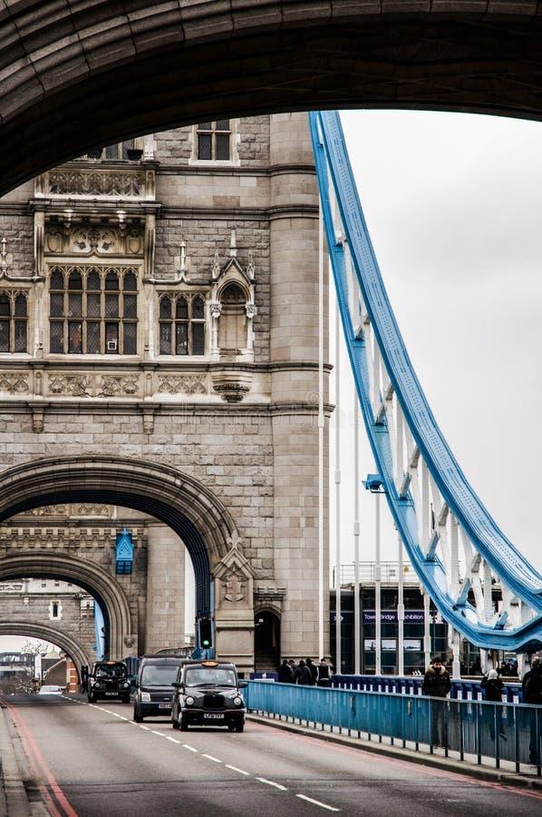 Verkehr auf London-Turm-Brücke lizenzfreie stockfotos