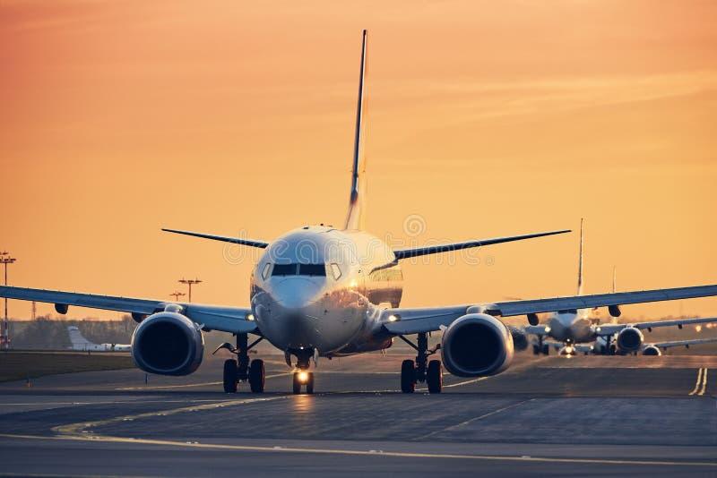 Verkehr am beschäftigten Flughafen lizenzfreies stockbild