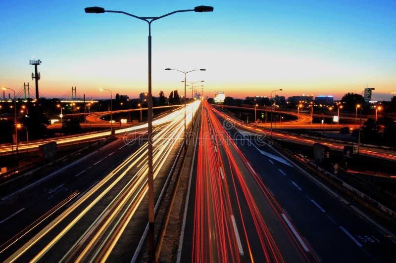 Verkehr an der Dämmerung lizenzfreie stockbilder