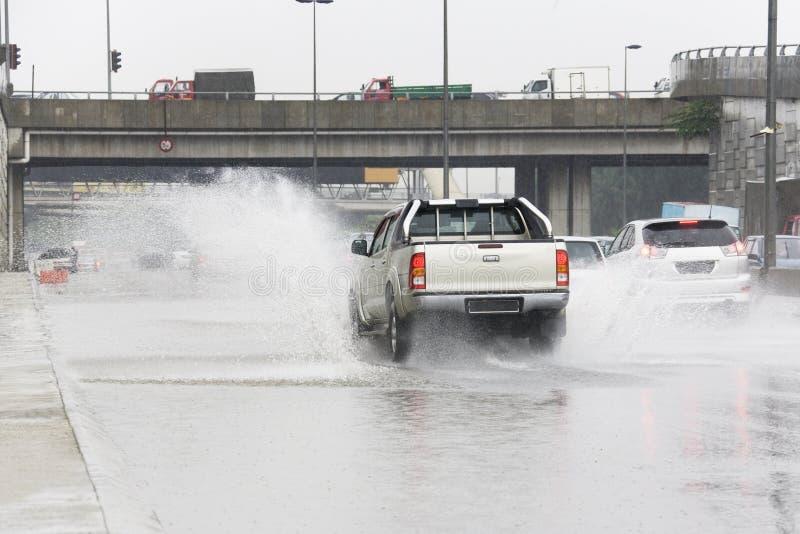 Verkehr in der Regenflut stockbilder