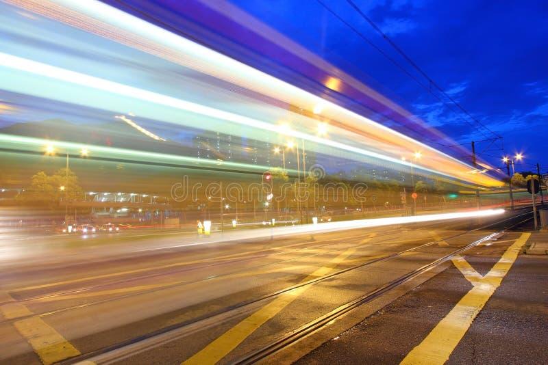 Verkehr in Hong Kong nachts. Helle Schiene. lizenzfreie stockfotos