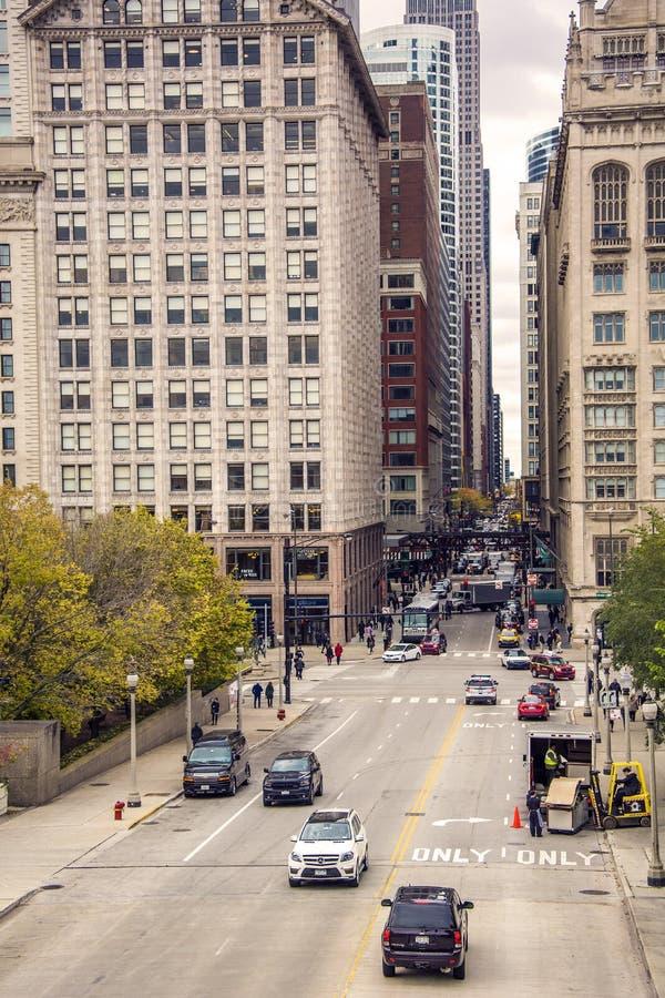 Verkehr in Monroe-Straße in Chicago stockfotografie