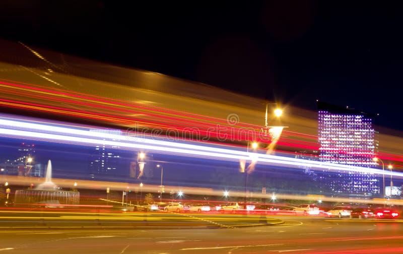Verkehr in Philadelphia nachts lizenzfreie stockfotografie
