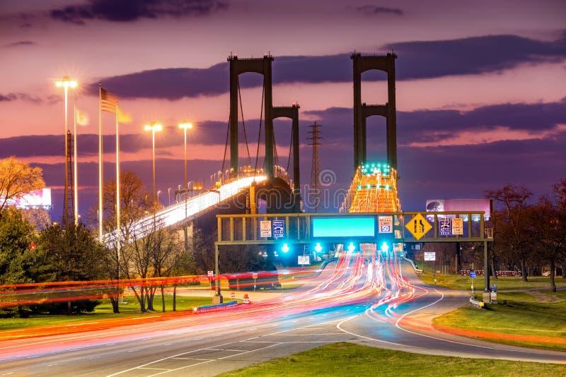 Verkehr schleppt auf Delaware-Denkmal-Brücke an der Dämmerung stockbild