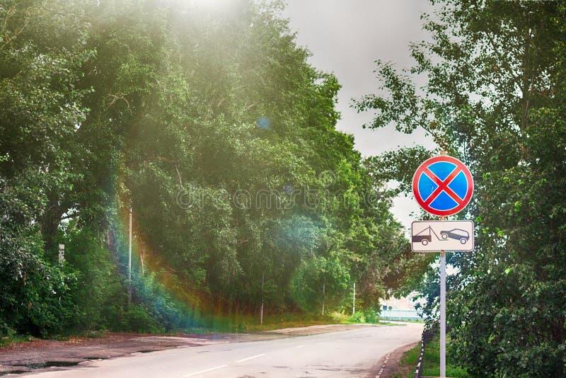 Verkehr singt Frost im Sommer nahe Straße stockfotos