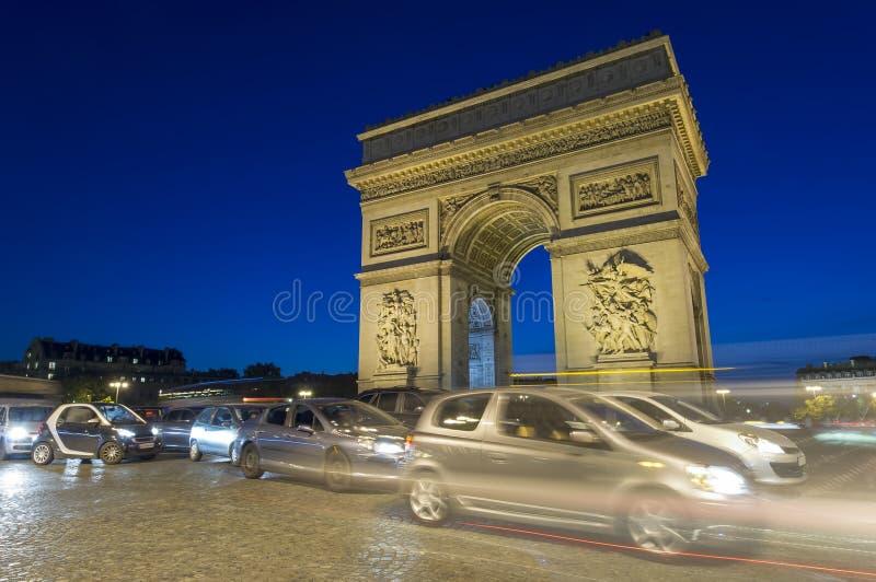 Verkehr von Autos bei Arc de Triomphe in Paris-Stadt stockbild