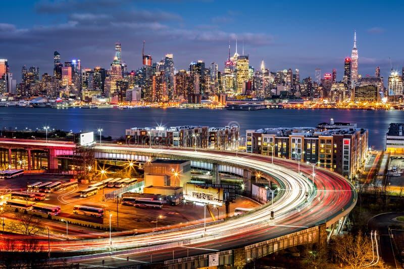 Verkehrs- und Lichtspuren auf dem Helix stockbilder
