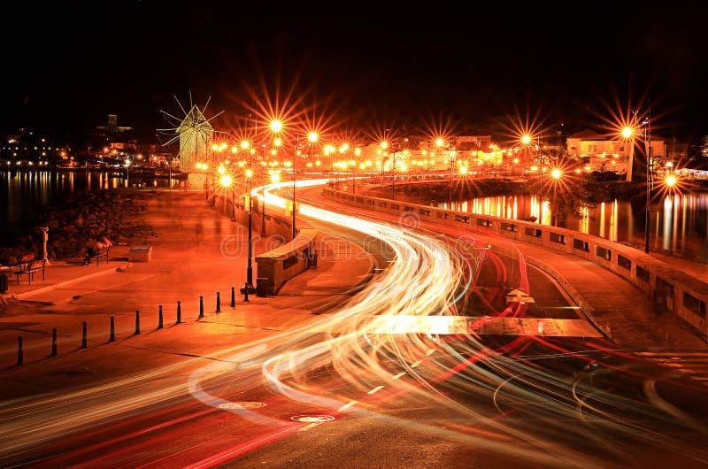 Verkehrs- und Lichtwege von den Fahrzeugen lizenzfreie stockfotografie
