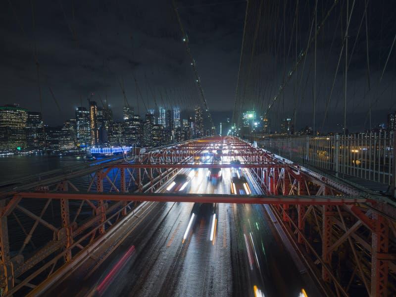 Verkehrsautos über der Brooklyn-Brücke Gegen das Nachtstadtbild NYC lizenzfreies stockbild