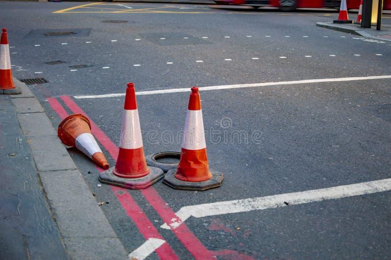 Verkehrskegel in London von roten und weißen Farben lizenzfreie stockfotografie