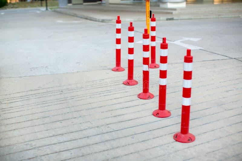 Verkehrskegel, mit den weißen und roten Streifen auf grauer Betonstraße stockbilder