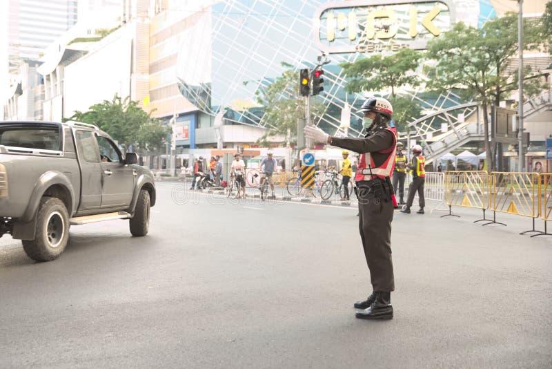 Verkehrspolizei adressieren Auto aus Pathumwan-Schnitt heraus um stockfotos