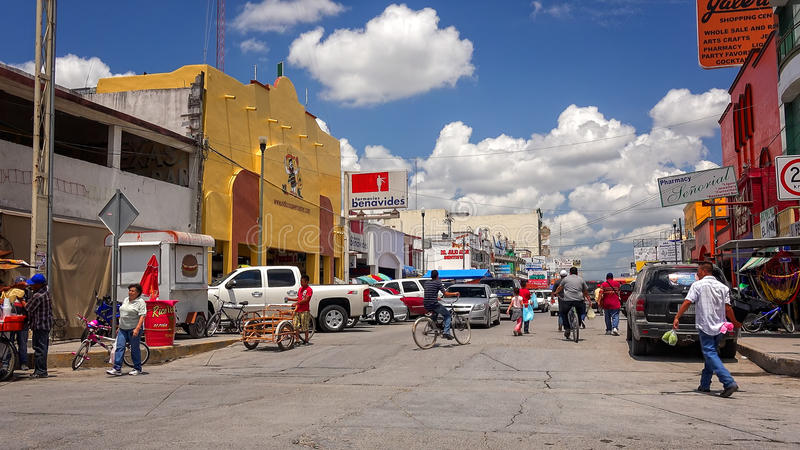 Verkehrsreiche Straße in der mexikanischen Grenzstadt von Nuevo Progreso, Mexiko stockbilder