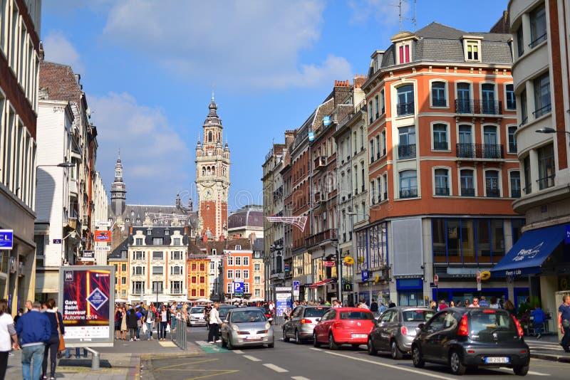 Verkehrsreiche Straße, die zu Stadtzentrum und Belfry von Lille führt stockfoto