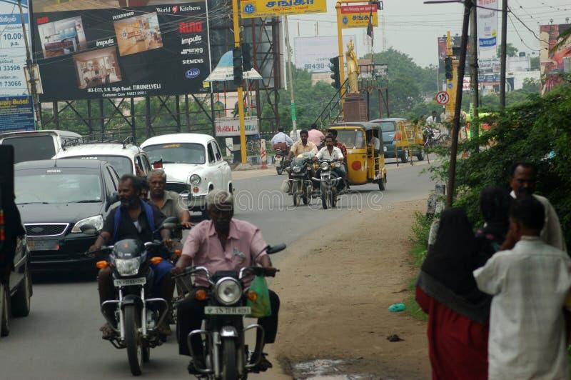 Verkehrsreiche Straße in Indien lizenzfreie stockbilder