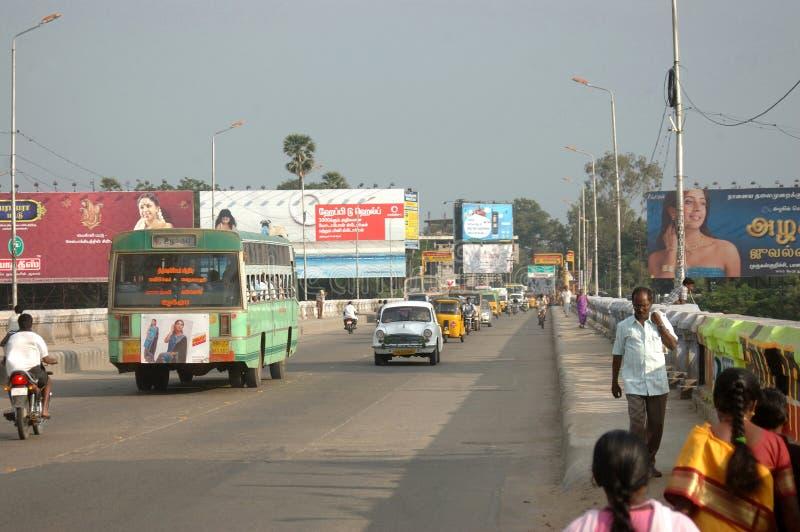 Verkehrsreiche Straße in Indien stockbild