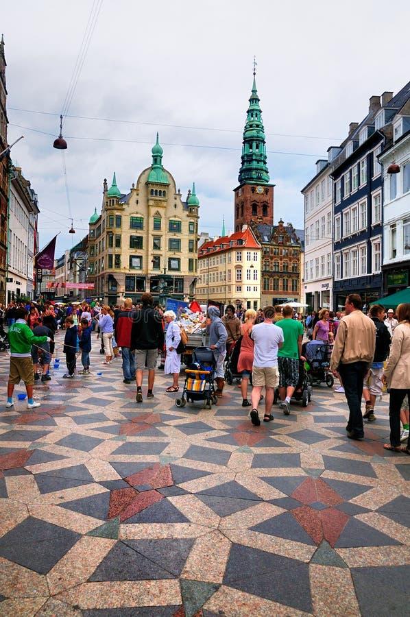 Verkehrsreiche Straße in Kopenhagen, Dänemark lizenzfreies stockbild