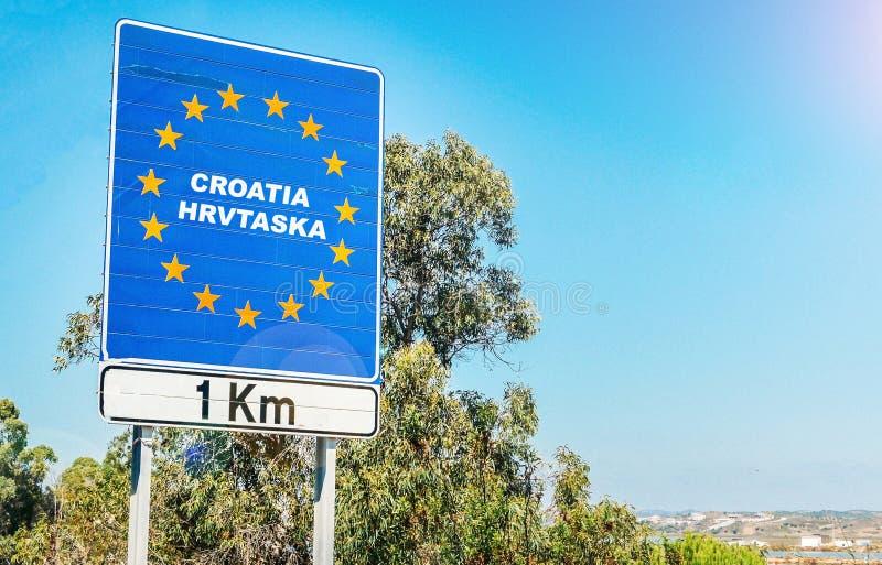 Verkehrsschild auf der Grenze eines Landes der Europäischen Gemeinschaft, Kroatien 1km voran mit Kopienraum des blauen Himmels stockfotos