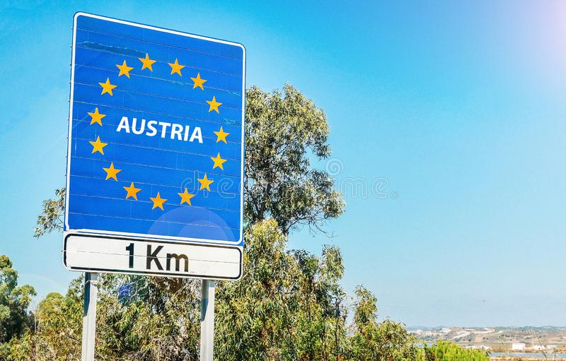 Verkehrsschild auf der Grenze von Österreich voran als Teil der Europäischen Gemeinschaft stockbilder