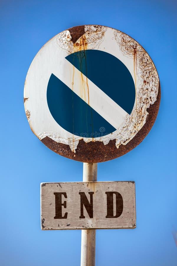 Verkehrsschild, das Zugang, an der Unterseite ein Zeichen mit dem Wortende verbietet lizenzfreie stockfotos